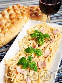 Спагети Карбонара с оригинален бял сос от яйца, бекон, сирене пармезан и сметана - снимка на рецептата